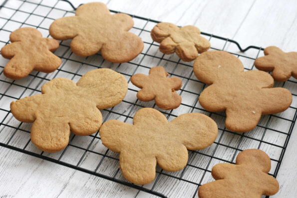 baked gingerbread men on a wire rack